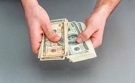 Каким образом можно обменять доллары в рубли, если вы клиент Сбербанка