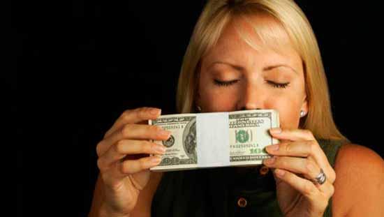 """Откуда появилось выражение """"деньги не пахнут"""", и что это значит"""