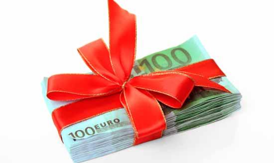 Как юридически грамотно дарить деньги родственникам